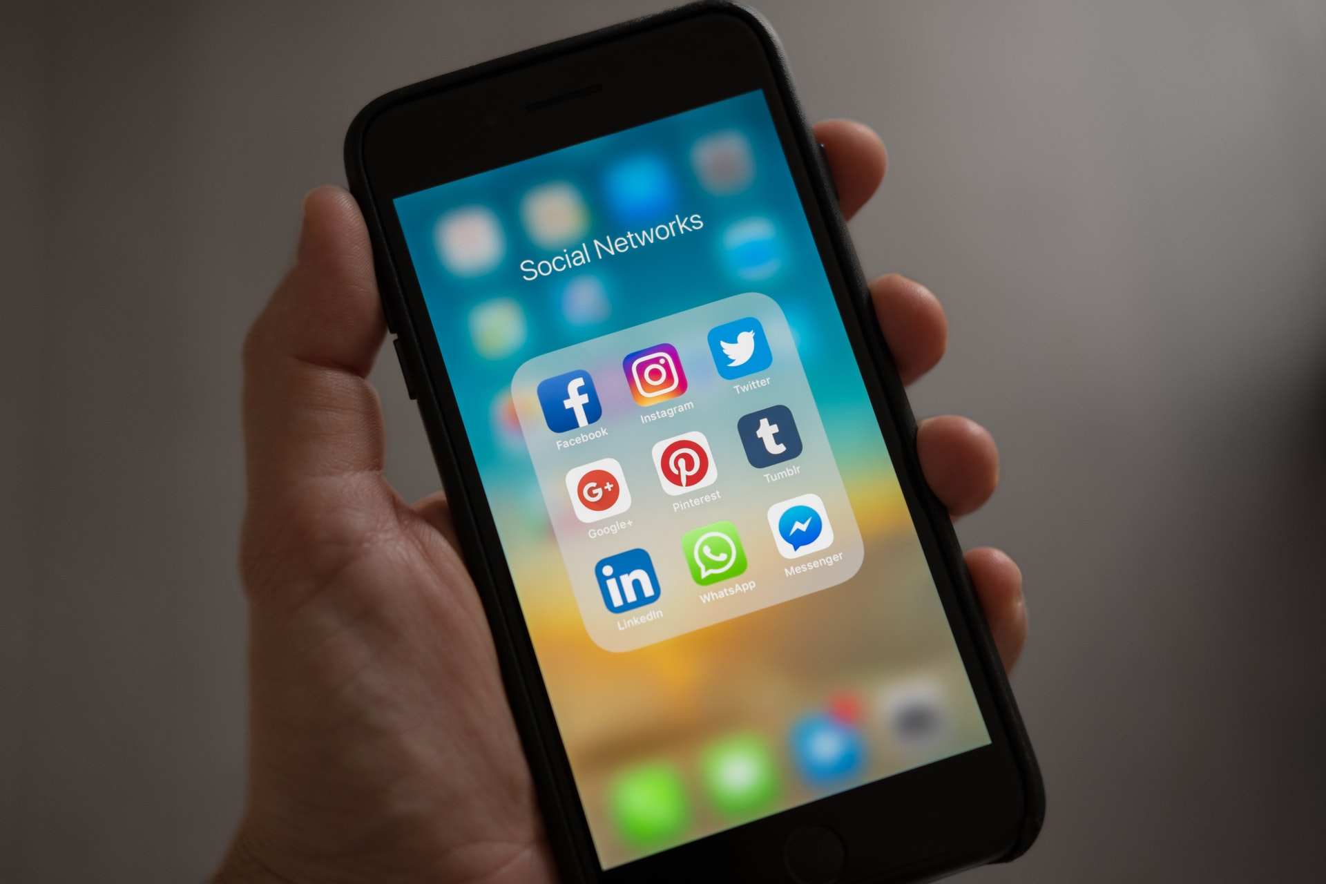 foto met smartphone en social media apps